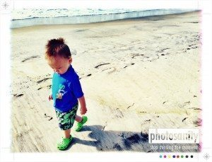 Child walking on the beach - Capture the moment