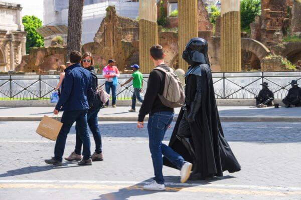 Darth Vadar walking down the street and attracted the attention of passers in Rome, Italy